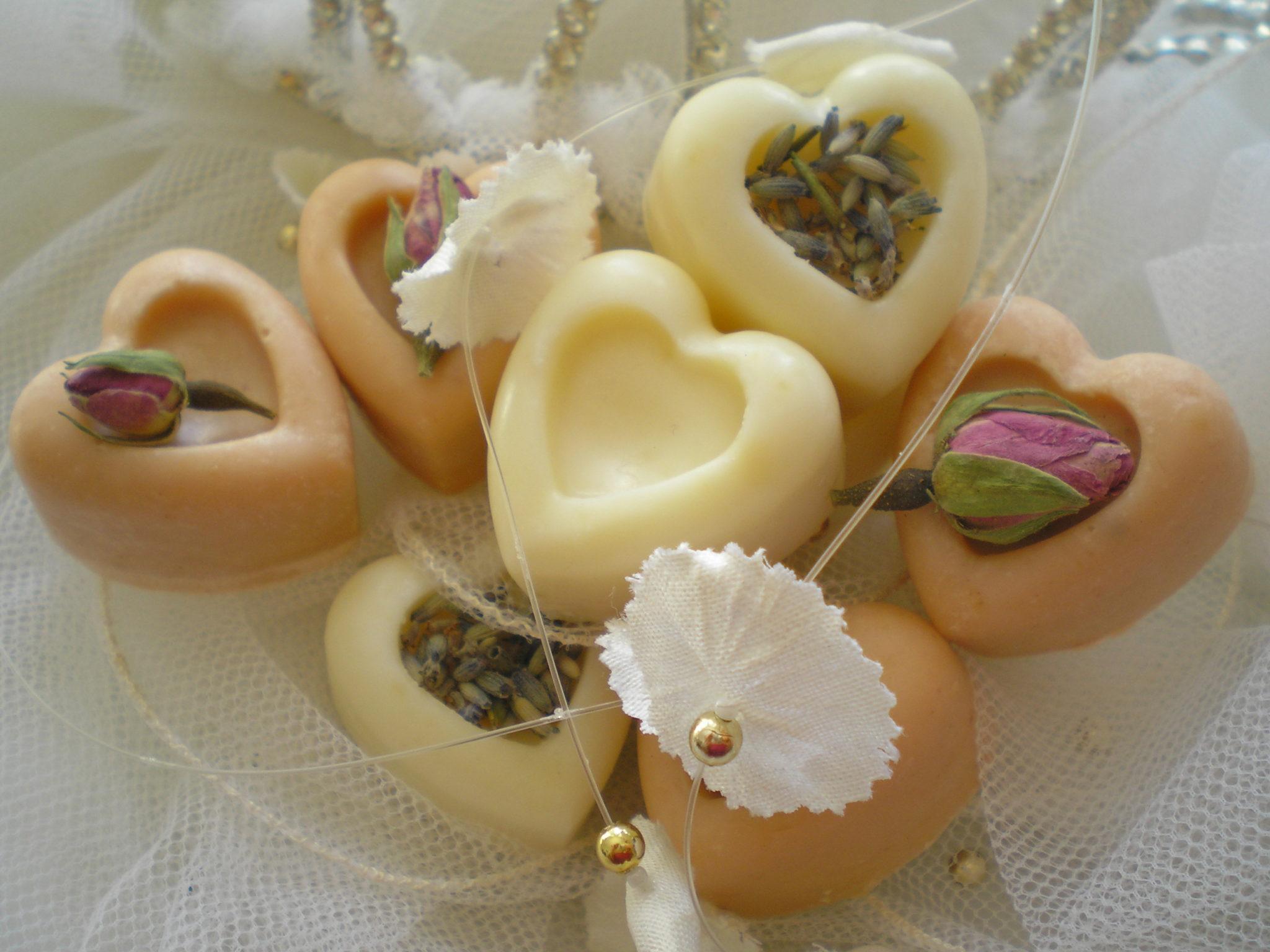 Esküvői köszönetajándék szív miniszappanok rózsaszínben és tört fehérben
